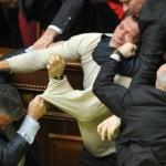 """Фотофакт. Новому депутату Верховної Ради України пояснюють: """"Не можна приходити на засідання парламенту в светрі!"""""""