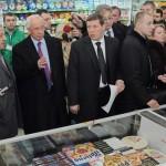 Під час візиту до супермаркету Азаров отримав дисконтну карту