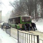 Львів'яни збирають підписи за відставку міського голови Садового через сніг