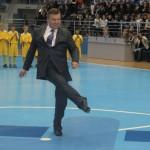 Фотофакт: У Варшаві Віктор Янукович перервав матч між юніорськими збірними з міні-футболу і станцював гопак просто на майданчику