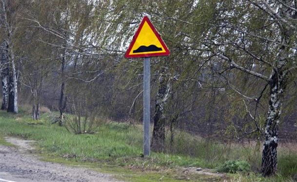 """Дорожній знак """"Ями"""" (нерівна дорона)"""