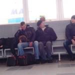 Фотофакт: в Херсоні на залізничному вокзалі чоловіки спали у верхньому одязі