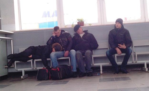 В Херсоні на залізничному вокзалі чоловіки спали у верхньому одязі