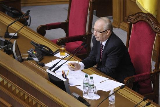 Володимир Рибак клеїть жуйку