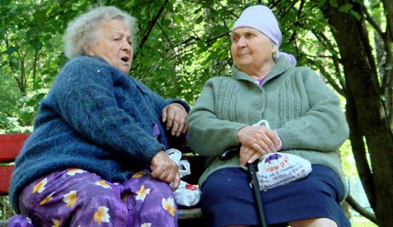 Бабці обговорюють сусідів на лавці