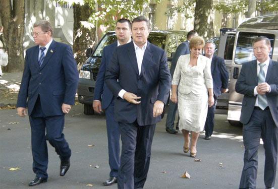 Віктор Янукович з робочим візитом відвідав вбиральню