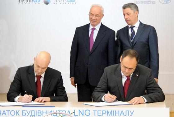 Владислав Каськів підписує угоду