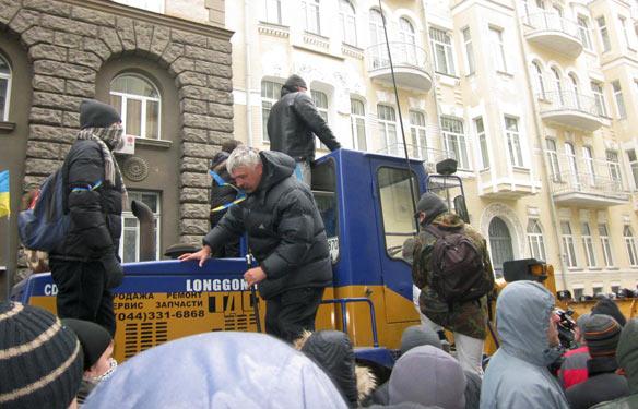 Дмитро Корчинський на тракторі під Адміністрацією Президента