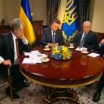 """На """"круглому столі Президентів"""" Янукович роздав усім екс-президентам сувенірні магніти з Китаю"""
