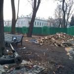 Фотофакт: На знак протесту проти повалення пам'ятника Леніну активістами Євромайдану, мітингувальники Антимайдану викорчували ліхтаря