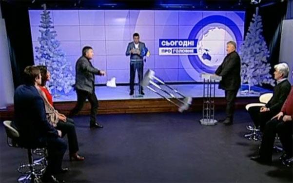 Арсен Аваков кидає пюпітр в Олега Калашнікова