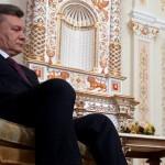 Віктор Янукович сидить на кріслі