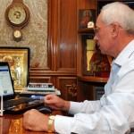 Микола Азаров за комп'ютером