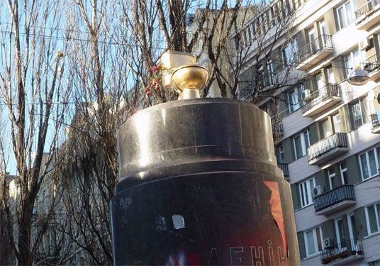 Золотий унітаз на місці пам'ятника Леніну