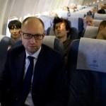 Фотофакт: Яценюк летить на саміт Європейської народної партії рейсовим літаком, наповненим манекенами