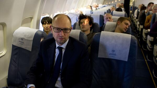 Яценюк летить на саміт Європейської народної партії рейсовим літаком, наповненим манекенами