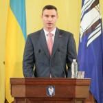 Під час церемонії прийняття присяги мера Кличко, здороваючись, зламав руки кільком депутатам
