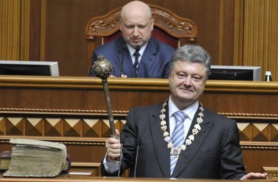 Петро Порошенко з гетьманською булавою