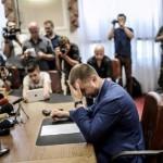 Фотофакт: Під час прес-конференції прем'єр-міністр ДНР Бородай приклеїв жуйкою руку до голови