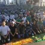 Фотофакт: Росія, святкуючи Ураза-байрам, помолилась і нарешті піднялась з колін