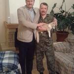 """Фотофакт: В рамках """"Битви екстрасенсів"""" медіум з Архангельська погадав Гіркіну на коті і подарував шкарпетки-обереги під тапки"""