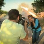 """Журналістка Russia Today обпалила брови, прикурюючи сигарету від стріляючого """"Граду"""""""