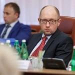 Фотофакт: Яценюк подивився на щось розмите на передньому плані
