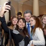 """Фотофакт: Президент склав губи """"качечкою"""" роблячи селфі зі студентами"""