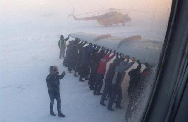 Пасажири під крилом літака