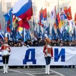 В Москві святкова хода «Ми єдині!», приурочена до Дня народної єдності, розділилась на дві колони