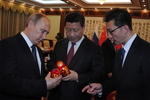 Голова КНР Сі Цзіньпін подарував президенту Росії Володимиру Путіну китайську матрьошку