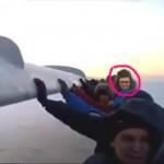 Соцмережі підірвало фото Яценюка, що штовхає літак разом з іншими пасажирами
