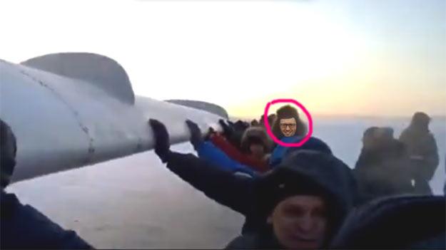 Яценюк пхає літак в Росії