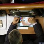 Фотофакт: На засіданні Верховної Ради депутат грав з планшетом в карти на роздягання