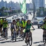 Через підвищення цін на пальне на Московському мосту у Києві з'являться велодоріжки