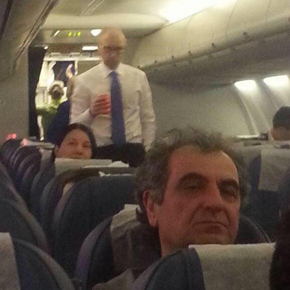 Арсеній Яценюк в літаку