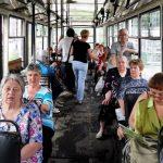 Пенсіонерці з Полтави під час поїздки в маршрутці дуло з вікна