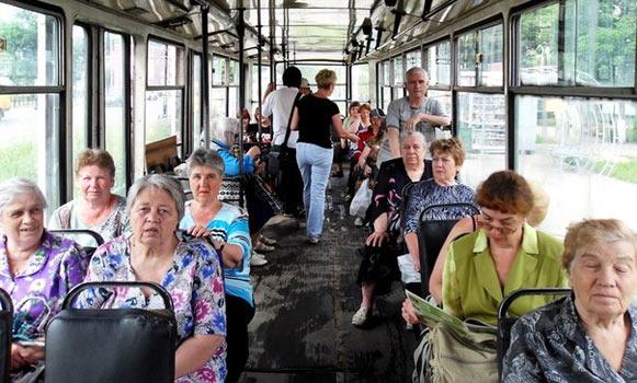 Пенсіонери в автобусі