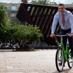 Віталій Кличко з'їв муху, катаючись велосипедом по Києву
