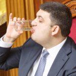 Гройсман випив склянку води так, ніби він пив каву
