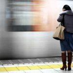 Жінка, яка стояла задумавшись в метро, виявилась незаміжньою