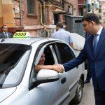 Фотофакт: Гройсман знімає з машин водіїв Яндекс.Таксі та пересаджує їх на Uber