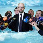 Фотофакт: Арсеній Яценюк скупався в ополонці і дав короткий брифінг