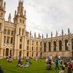 Студентів Оксфорда відправлять на картоплю через брак робітників з України