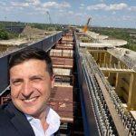 Зеленський зробив селфі на фоні моста через Полтву у Львові (фотофакт)