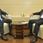 Фотофакт: Путін та Медведчук помірялись, у кого довші шкарпетки