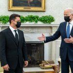 Фотофакт: На зустрічі у Білому домі Зеленський не подав Байдену руки
